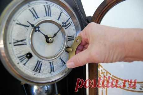 7. Часы, которые стоят. Остановившееся время — очень дурной знак. Или отнесите их в ремонт, или выбрасывайте, не задумываясь. На худой конец, можно превратить тяжелые напольные часы в предмет мебели, например, в столик, а настенные — в рамку для фото или вешалку.