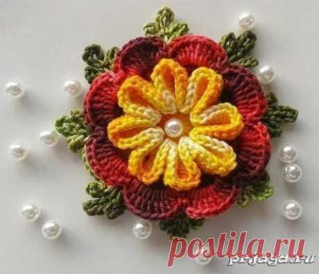 Объёмный цветок крючком Описание: https://prjaga.ru/vyazanie-dlya-doma/tsvety/ob-jomnyj-tsvetok-kryuchkom