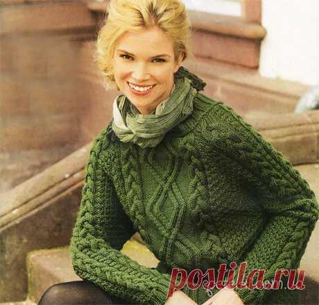 El pulóver verde con aranovym por la cinta. La descripción, el esquema de la labor de punto