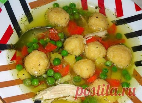 Куриный суп с сырными клёцками и зелёным горошком..