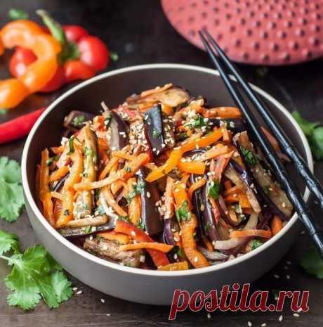 Салат Хе из баклажанов.  Острый хрустящий азиатский салат из баклажанов, сладкого перца, моркови, красного лука с добавлением уксуса, семян кунжута, чеснока и кинзы.  Ингредиенты:  2 шт. баклажан (большие) 2 шт. перец (болгарский) 1 шт. перец (чили) 1 шт. морковь (большая) 1 шт. репчатый лук (красный) 2 зубчика чеснок 1 ст. л. кунжут (семена) 1/2 пучка кинза 2 ст. л. уксус (9%) 2 ст. л. растительное масло (кунжутное) 1 ч. л. сахар 2,5 ст. л. соль Порции: 4  Баклажаны промы...