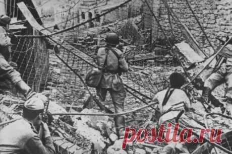 """Прорыв """"Голубой линии"""": 77 лет назад немцев сбросили в Черное море Утром 9 октября 1943 года части 56-й армии генерал-лейтенанта Андрея Гречко полностью освободили от немцев Таманский полуостров. Так завершилась длившаяся 442 дня битва за Кавказ"""
