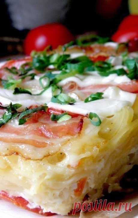 Пирог из спагетти  Ингредиенты: Молоко — 250 мл. Яйца (крупные) — 2 шт. Сыр твердый — 150 г. Помидоры — 2 шт. Бекон сырокопченый — 3-4 ломт. Спагетти — 200 г. Прованские травы.  Способ приготовления: 1. Яйца хорошо смешать с молоком, добавить по щепотке соли и перца, также можно добавить любимые приправы. Мы добавили смесь прованских трав. Большую часть сыра натереть на терке или измельчить ножом, добавить в яичную смесь.  2. Спагетти отварить до готовности в большом колич...