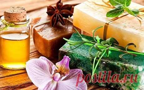 Полезное травяное мыло Ингредиенты: мыло детское – 100 г (1 кусок) травяной отвар (крапива, шалфей, ромашка, петрушка) – 250г масла – 2 ч.л. (1 ч.л. оливкового, 1 ч.л. касторового) 1 ч.л. мёда 1/2 ч.л. витамина Е 1/2 ч.л. витамина А мятное масло – 5 капель Приготовление: Натрите мыло, добавьте оливковое и касторовое масла, травяной отвар и растопите на водяной бане. Влейте мед, витамины