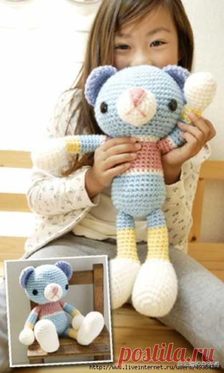 Мишка амигуруми, связанный крючком из разноцветных ниток. Amigurumi Bear by Pierrot (Gosyo Co., Ltd).