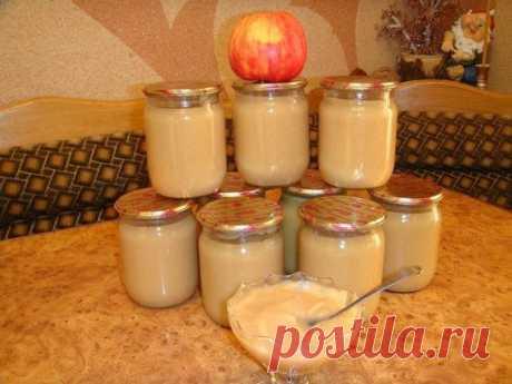 """Пюре """"НЕЖЕНКА"""" 5 кг. яблок 1 банка сгущенного молока 0.5 стакана сахара 1 стакан воды Яблоки помыть, дать стечь воде, затем очистить их от кожуры и сердцевинки разрезав на 4 части, затем порезать кусочками. На дно посуды в которой будете варить влить воду (желательно взять кастрюлю с толстым дном, чтобы пюре не пригорело), уложить яблоки, накрыть крышкой и варить на медленном огне пока яблоки не станут очень мягкими (примерно минут 30). Затем выключить огонь и яблоки тщате..."""
