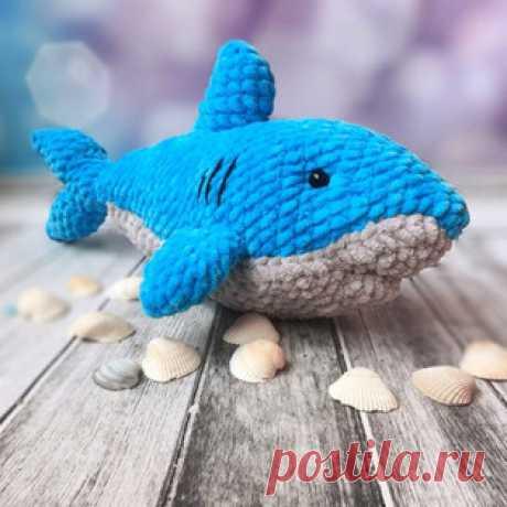 Акулёнок амигуруми. Схемы и описания для вязания игрушек крючком! Бесплатный мастер-класс от Анны Насенок по вязанию плюшевого акулёнка крючком. Длина вязаной игрушки примерно 30 см. Для изготовления такой акулы авто…