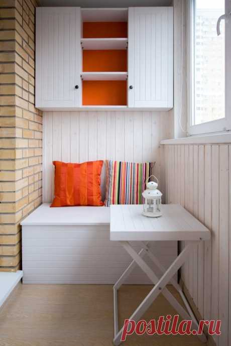 И спрятать вещи, и отдохнуть: 15 удачных систем хранения на балконе