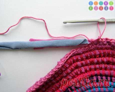 Вязаный коврик из футболок и остатков пряжи (яркий и необычный способ) - Ярмарка Мастеров - ручная работа, handmade