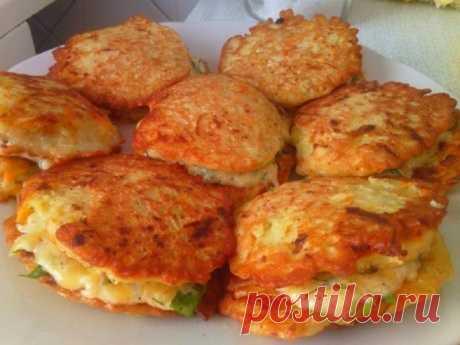 Ароматные оладушки из кабачков с сыром и чесноком — Sloosh – кулинарные рецепты