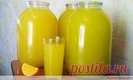 Апельсиновый лимонад Нужно взять 4 апельсина, вымыть их и обдать кипятком. На следующие 12-24 часа убираем апельсины в морозилку. Благодаря замораживанию в апельсинах убирается горечь После того, как вы вытяните апельсины с морозилки, их нужно залить горячей водой, чтобы немного разморозить и сделать более мягкими для последующей нарезки. Нарезаем каждый апельсин на 6-8 кусочков. Теперь прокручиваем апельсины через мясорубку вместе с кожурой. Апельсиновую массу заливаем 3 литрами холодной вод