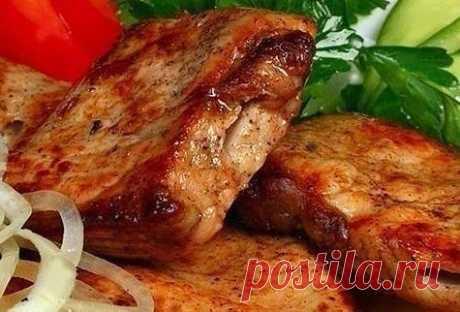 ВКУСНЫЙ СОЧНЫЙ АРОМАТНЫЙ ШАШЛЫК В МУЛЬТИВАРКЕ  =Ингредиенты: - 1 кг мяса (телятина, свинина, филе курицы или индейки - на Ваш вкус)  =Для маринада: - 2 киви - 2 болгарских перца - 4 репчатых лука - соль, перец, молотый кориандр – по вкусу