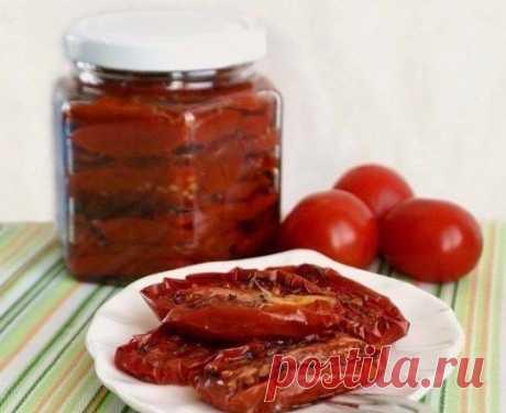 В полном разгаре сезон помидоров. Долго они в холодильнике не хранятся, поэтому я готовлю вот такую закусочку.  БЕЗУМНО ВКУСНЫЕ ВЯЛЕНЫЕ ПОМИДОРЫ...  Ингредиенты:  - томаты мелкие мясистые 1400-1500г - соль морская крупная - сахар 1 ч. л. - смесь перцев - чеснок 2 зубчика - сухой базилик или тимьян - масло оливковое 5-6 ст. л.  Приготовление:  1. Помидоры вымыть обсушить, разрезать на половинки, удалив плодоножку. Я не удаляю семена, мне жалко, что тогда там есть кроме шкур...