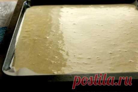 El panecillo o la receta del bizcocho muy acertado\u000a\u000aPomposo, suave, se arrolla fácilmente (en caliente, así como en el tipo frío), no se rompe, no seco, sabroso...\u000a\u000aLOS INGREDIENTES:\u000a\u000aEl vaso - 250 ml\u000a\u000aEl bizcocho:\u000a1\/4 art. de la leche\u000a2 art. de l. La mantequilla\u000a100 g los tormentos\u000a40 g del almidón\u000a1 h. L. El cilindro rompedero (o 1 ch.l. La sosa sin montecillo)\u000a2\/3 art. del azúcar\u000a1\/4 h. L. Las sales\u000a3 huevos\u000a\u000aEl relleno:\u000aCualquiera\u000a\u000aLA RECETA DE LA PREPARACIÓN:\u000a\u000aEl bizcocho:\u000aCalentar el horno hasta 190С.\u000aCubrir con el pergamino el asador de la dimensión ~ 42х30 cm. (Cerca de m...