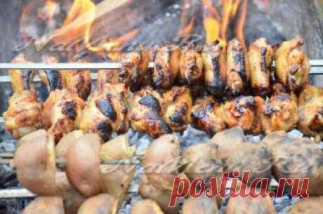 Куриные крылышки на мангале - рецепт с фото Куриные крылышки на мангале получаются вкусные, с ароматом дымка и с хрустящей корочкой. Смотрите рецепт приготовления с фото