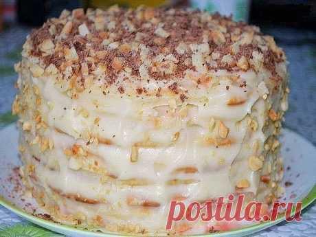 Творожный торт на сковородке Ингредиенты: Тесто: - 1 яйцо - 200 гр творога - 1 стакан сахара - ванилин - 300 гр муки - 1 ч. ложка гашеной соды Крем: - 500 мл молока - 1 яйцо - 1 стакан сахара - 3 ст. ложки муки - ванилин - 150 гр сливочного масла - 150 гр орехов Приготовление: 1. Приготовить основу крема: растереть яйцо с сахаром и мукой, добавить ванилин, влить молоко, перемешать венчиком, поставить на медленный огонь, варить до загустения, постоянно мешая. Полностью осту...