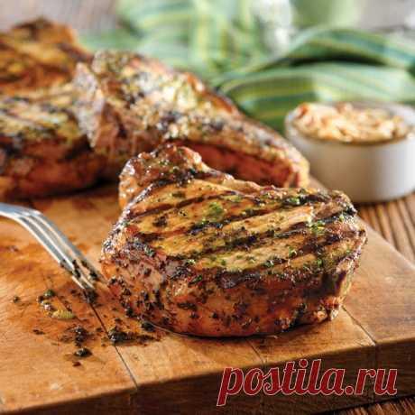 Секреты вкусного мяса   1. Мясо станет нежнее, если за час до готовки его смочить водкой.  2. Можно мясо перемешать с соевым соусом, оставить на ночь, а завтра жарить, оно получится очень сочным.  3. Говядина и баранина получатся мягкими и сочными, если их перед запеканием посолить, поперчить, еще можно нашпиговать чесноком, затем обернуть мясо банановой кожурой. Показать полностью…