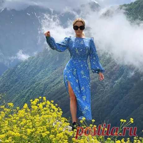 Виктория Шелягова в синем платье с вырезом восхитила своих подписчиков   VestiNewsRF.Ru