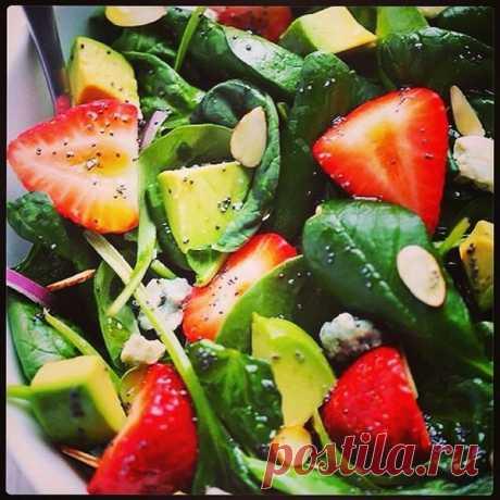Салат склубникой, авокадо ишпинатом