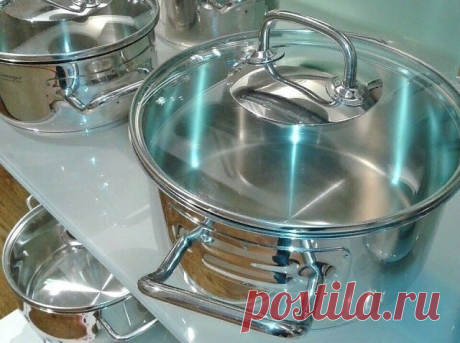 Идеально чистая кухонная посуда без особых усилий!  Отчистить нагар поможет такое простое средство:  - 0,5 чашки соды  - 1 чайная ложка жидкости для мытья посуды  - 2 ст. ложки перекиси водорода   Смешивать до тех пор, пока не станет похоже на взбитые сливки (при необходимости долить еще перекиси), нанести на грязную поверхность и оставить минут на 10.  На заметку!