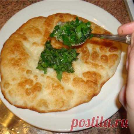 Постные лепешки на сковороде без дрожжей с зеленым луком Постные лепешки на сковороде без дрожжей: рецепт с зеленью и чесноком. Как приготовить тесто. Как выпекать. Как сделать начинку из зелени и чеснока