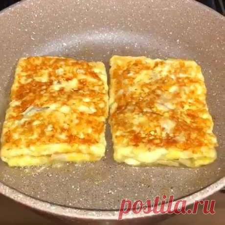 Вкусный, быстрый и легкий завтрак😍 Спасибо за❤️сохраняйте видео и готовьте с удовольствием🤗 ⠀ Очень много вариантов завтраков из лаваша, но попробовав один раз этот рецепт, вы будете часто его готовить👌 ⠀ ⠀ 🔸Ингредиенты на 2шт: Лаваш - 1шт; Яйцо - 2шт; Сыр - 100г; Соль по вкусу; Помидор - 1шт; Сливочное масло - 20г ⠀ 🔸Приготовление: Берём лаваш или лепешки. Лаваш вырезаем по диаметру сковороды. Из одного лаваша у меня получилось два круга. Нагреваем сковороду со сливо...
