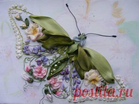Вышивка шелковыми лентами —  учимся вышивать цветы и другие растительные элементы Самый популярный вид вышивания шелковыми лентами – растительные мотивы. И это неудивительно, ведь шелк или органза так удачно передают нежность крыльев насекомых или лепестков.  Правильно подобрав мат…