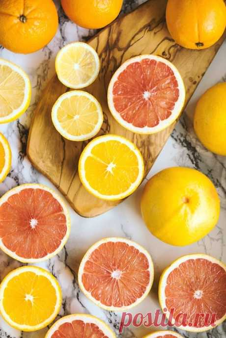 Чай «Горячий цитрус»   Нам нужно:  6 г. чая каркаде  По 1 дольке грейпфрута, апельсина, лимона  40 г. меда  400 мл. кипятка  Готовим: Чай каркаде, фрукты и мед залить кипятком в кастрюльке. Довести до кипения. Перелить в чайник. Настаивать 2 минуты.  Приятного аппетита!