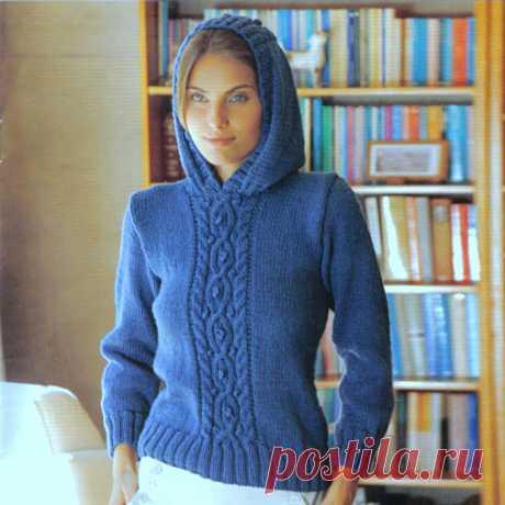 Женский свитер с капюшоном.
