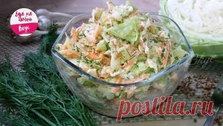 Салат из молодой капусты с омлетом     Простой салат из капусты и моркови с добавлением омлетных блинчиков, чеснока и сметаны. Ароматный и очень вкусный салат: по желанию можно добавить отварное (запеченное) мясо или ветчину.  Ингредие…