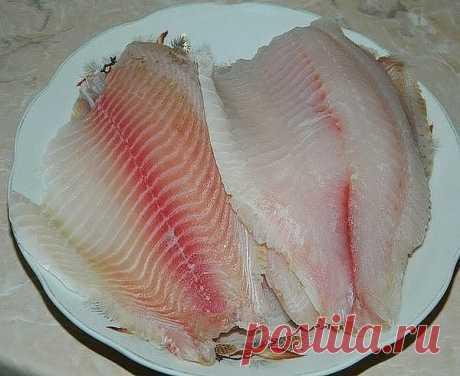 Рыбка в хрустящей картофельной корочке вполне может стать одним из наиболее любимых блюд в вашей семье. Для приготовления рыбы в картофельной корочке понадобится: филе рыбы - 6 шт.; картофель - 7-8 шт.; сыр - 70 г; яичный белок - 2 шт.; мука - 4-6 ст. л.; соль, перец, специи; масло для жарки. Рыбу помыть и обсушить. В одной чаше смешать муку, специи, соль. В другой натертый картофель, сыр, белок и немного соли. Филе рыбы сначала обвалять в муке, затем облепить картошкой и ...