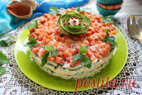 Салат с красной рыбой слоями Слабосолёная горбуша, свежие хрустящие огурчики, плавленый сыр и варёные яйца – вот и весь салат. Но, несмотря на скромный набор ингредиентов, слоеный салат с красной рыбой, яйцом и сыром получается очень вкусным, сытным и нарядным.