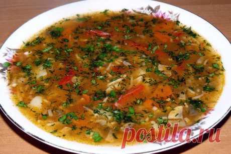 КАВКАЗСКИЙ ГРИБНОЙ СУП - Рецепт восточной кухни Ингредиенты: · 6 картофелин · 600 г свежих шампиньонов · 2 горсти мелкой вермишели · 1 луковица · 1 морковь · 1 красный сладкий перец · 4 дольки чеснока · зелень укропа, петрушки, кинзы · 350 мл томатного сока · 3 ст. л. растительного масла · 2 ст. л. сливочного масла · душистый и черный …