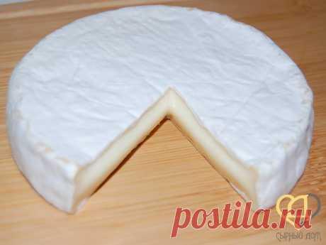 Рецепт сыра Бри  Сырный Дом: все для домашнего сыроделия Бри - чудесный французский мягкий сыр из коровьего молока с корочкой из белоснежной плесени Penicillium candidum. Этот сыр обладает очень приятным сливочным пикантным вкусом с легким оттенком нашатыря =) Бри сыр зреет не очень долго (от месяца), так что если вы хотите попробовать сделать свой первый сыр с белой плесенью, рекомендуем начать с Бри. Наиболее важные моменты при изготовлении Бри в домашних условиях - сфор...