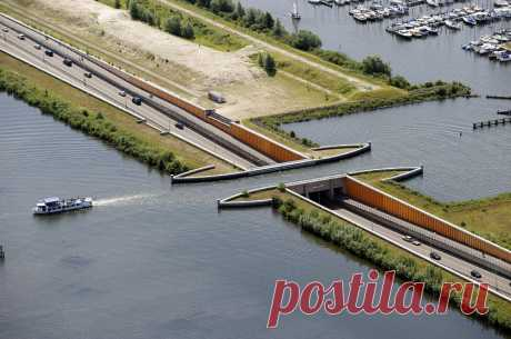 ВГолландии построили водный мост, который ломает все законы физики