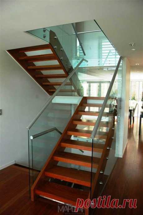 Лестницы, ограждения, перила из стекла, дерева, металла Маршаг – Деревянная лестница на стекле