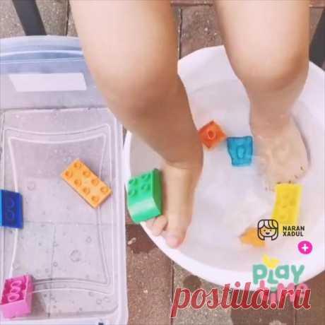 """""""@playtimekids te muestra una actividad perfecta para días de sol ☀️ o para jugar en el baño 🛁 de la casa. Materiales: una silla bajita, dos recipientes amplios donde quepan ambos piecitos, fichas de…"""