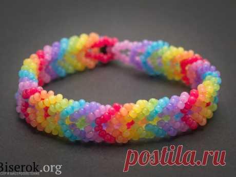 Радужный браслет из бисера: вязание косичкой
