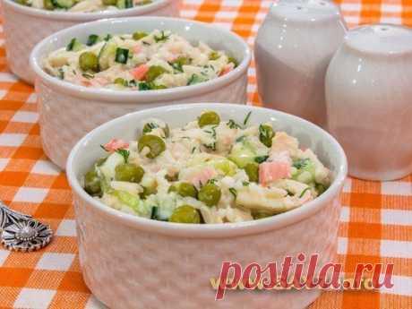 Салат с кальмарами, горошком и огурцами