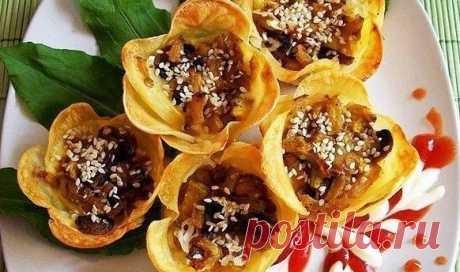Настоящий шедевр: Картофельные цветочки-корзиночки с начинкой    Кулинарное чудо!          Ингредиенты— картофель (среднего размера) — 5 шт.— грибы — 100 г— кабачок — 1/2 шт— Перец болгарский — 1-2 шт.— Сыр твердый — 100 г (или можно плавленый сырок)— желток — 2…