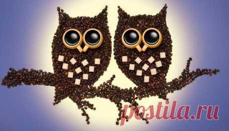 Поделки из кофейных зерен своими руками Набирает популярность необычное искусство – поделки из кофе. Есть что-то от минимализма в этом увлечении: кофейные зёрна практически все одинаковы, имеют один окрас и редко отличаются калибром. Тем не менее из них можно создавать потрясающе красивые вещи, способные украсить интерьер и стать