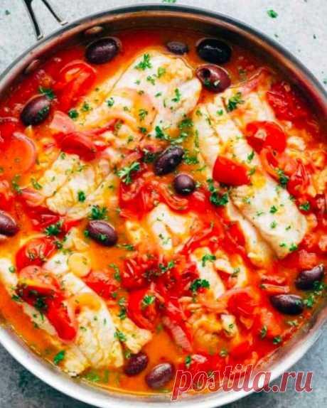 Тушёная белая рыба с томатами и оливками