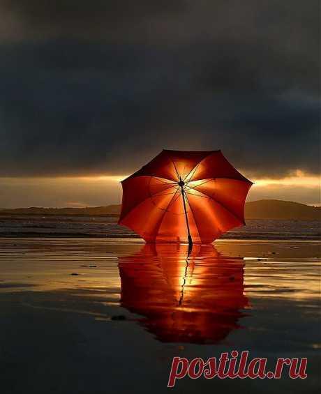 Зонтом прикрылось солнце золотое, чтоб не заметно отойти за грань...