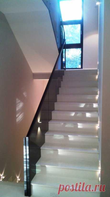 Изготовление лестниц, ограждений, перил Маршаг – Стеклянные балюстрады из черного стекла