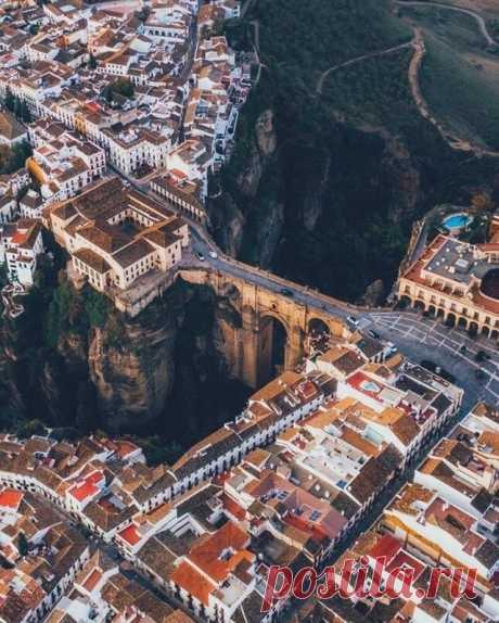 Ронда - город над пропастью, Испания. И как там люди не боятся высоты?..