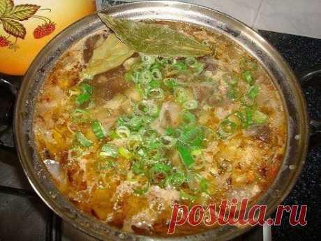 Солянка грибная  Ингредиенты: - 500 гр грибов - 300 гр капусты - 2 луковицы - 2 ст. ложки томатной пасты или кетчупа - 3-4 соленых огурца - зеленый лук - перец - лавровый лист  Приготовле