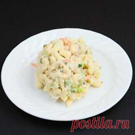 La ensalada con los langostinos y los macarrones