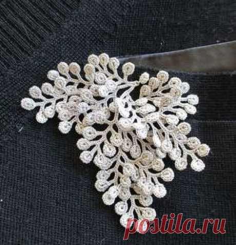 La bisutería tejido por el gancho y los rayos; el macramé; frivolite; el alambre; los abalorios