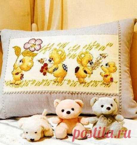 """Схемы для вышивки крестом детской подушки """"Милые мишки"""" Схема для вышивки крестом детской подушки с милыми медвежатами.    Схемы:"""