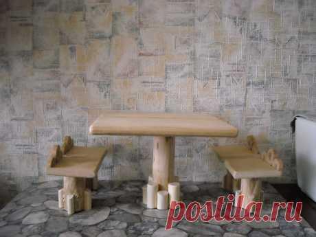 Игрушечный стол с табуретами  Изделия выполнены из натурального дерева – клёна, ясеня и берёзы без гвоздей и лакового покрытия, обработаны воском. Комплект включает стол, размером 20Х20Х15 см. и четыре табурета, размером 7х7х7 см.